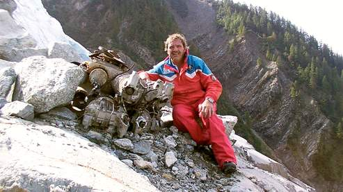 French wreck hunter Daniel Roche, poses on September 30, 2008 on the Bossons's glacier above Chamonix, French Alps, near the engine of the Air India Malabar Princess plane which crashed on November 3, 1950, during the flight Bombay-London with a stopover in Geneva, killing 48 people aboard.    AFP PHOTO JEAN PIERRE CLATOT