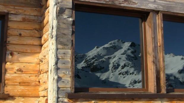 La Mesada viewing window reflecting Cerro Villegas.