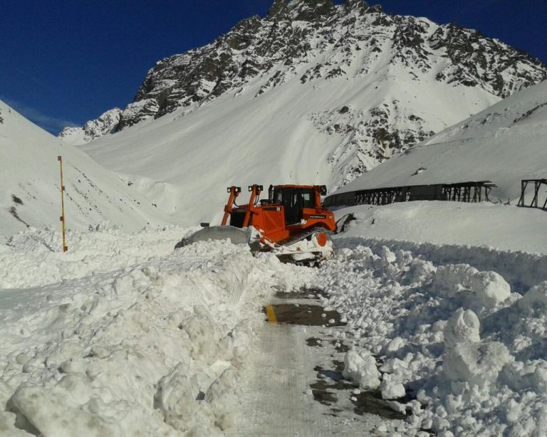 Clearing the road on the Argentine side in early June. photo: El Sol