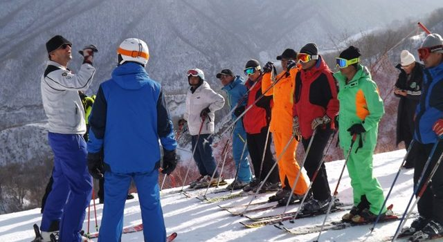 Peter Zenhäusern provides expert advice to the coaches - FIS
