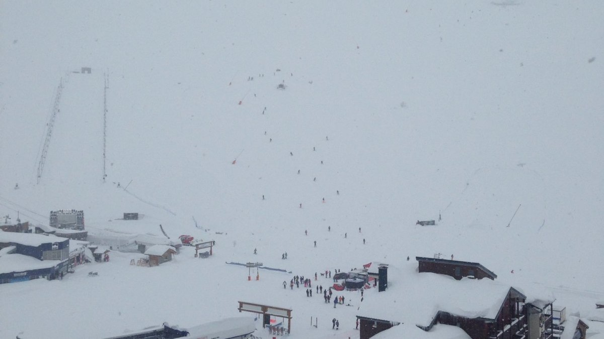 Lots of skiers descending the piste earlier Raphael LEGENDRE via Twitter