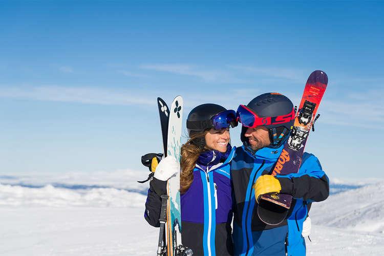 skier couple love